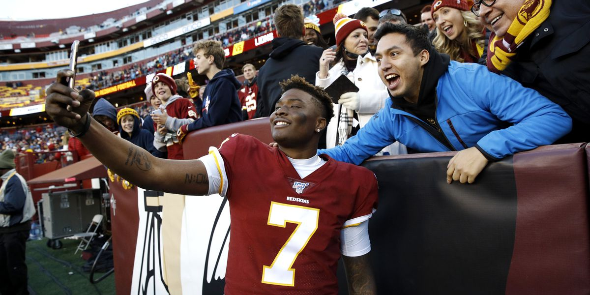 Dwayne Haskins misses Redskins' final play to take selfies with fans