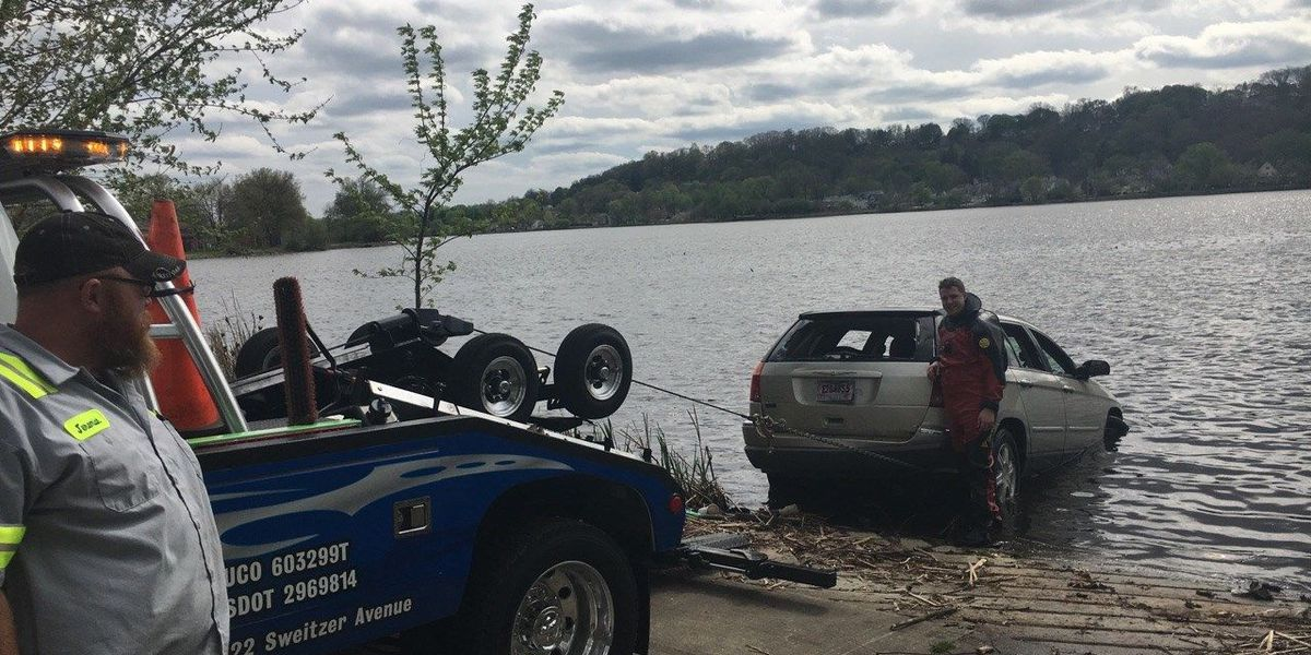Man rescued from sinking car in Akron