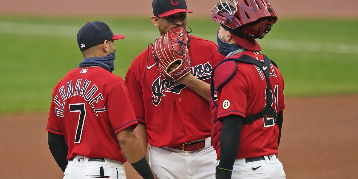 Cleveland Indians C Roberto Pérez and 3B Cesar Hernandez win Gold Glove Award's