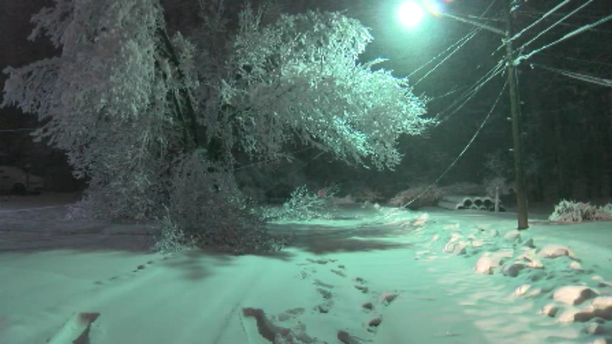 Snow leaves tens of thousands without power in Northeast Ohio