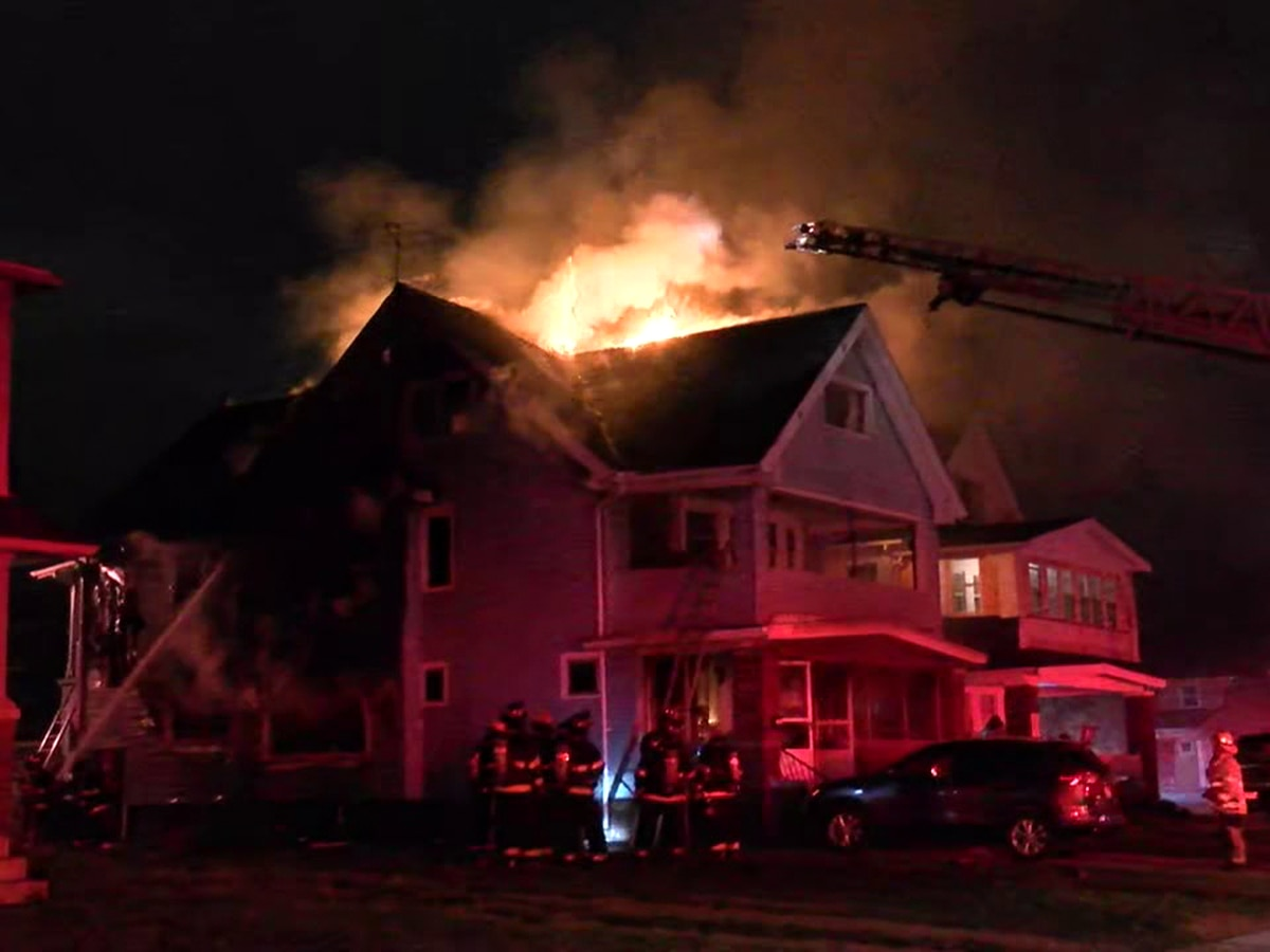 8 people displaced after house fire in Cleveland (video)