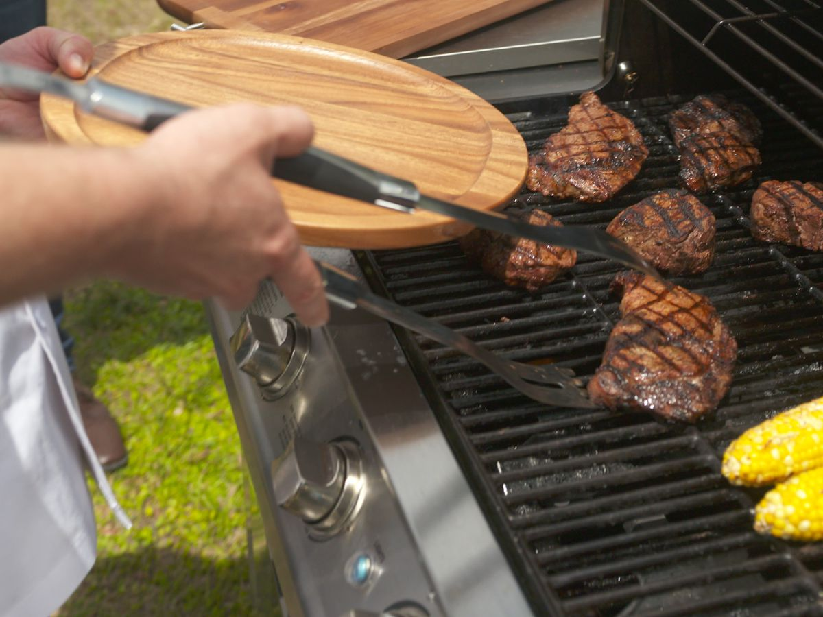 Longhorn Steakhouse provides grilling tips hotline for Memorial Day