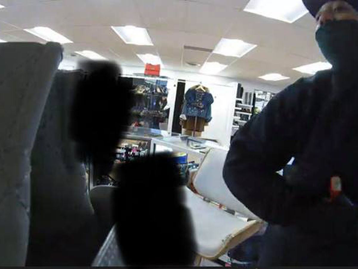 Police looking for woman who robbed same store two days in a row