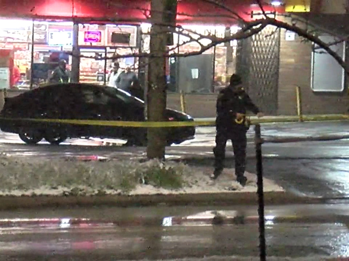 Man shot outside Cleveland convenience store