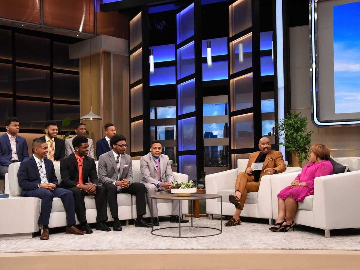 Steve Harvey surprises eight students with scholarships to Kent State