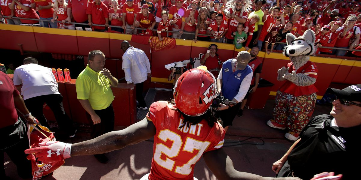 Kareem Hunt buys Willoughby South students tickets to Browns, Chiefs