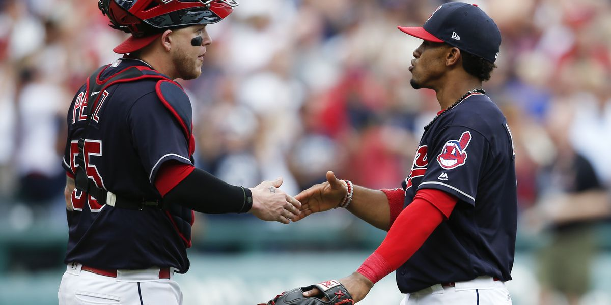 Indians shortstop Francisco Lindor, catcher Roberto Perez win Gold Glove Awards