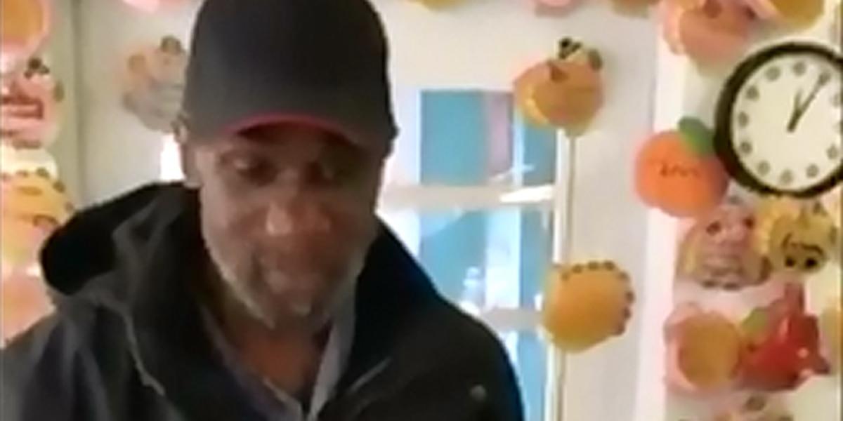 Akron man sings at restaurant in exchange for Thanksgiving dinner