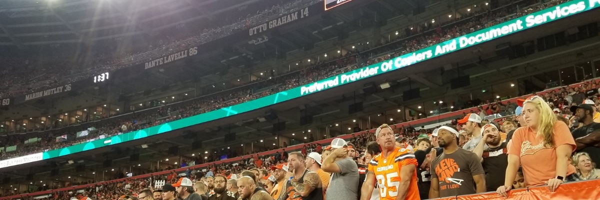 Cleveland fan catches possum during game, Browns beat the Jets 21-17