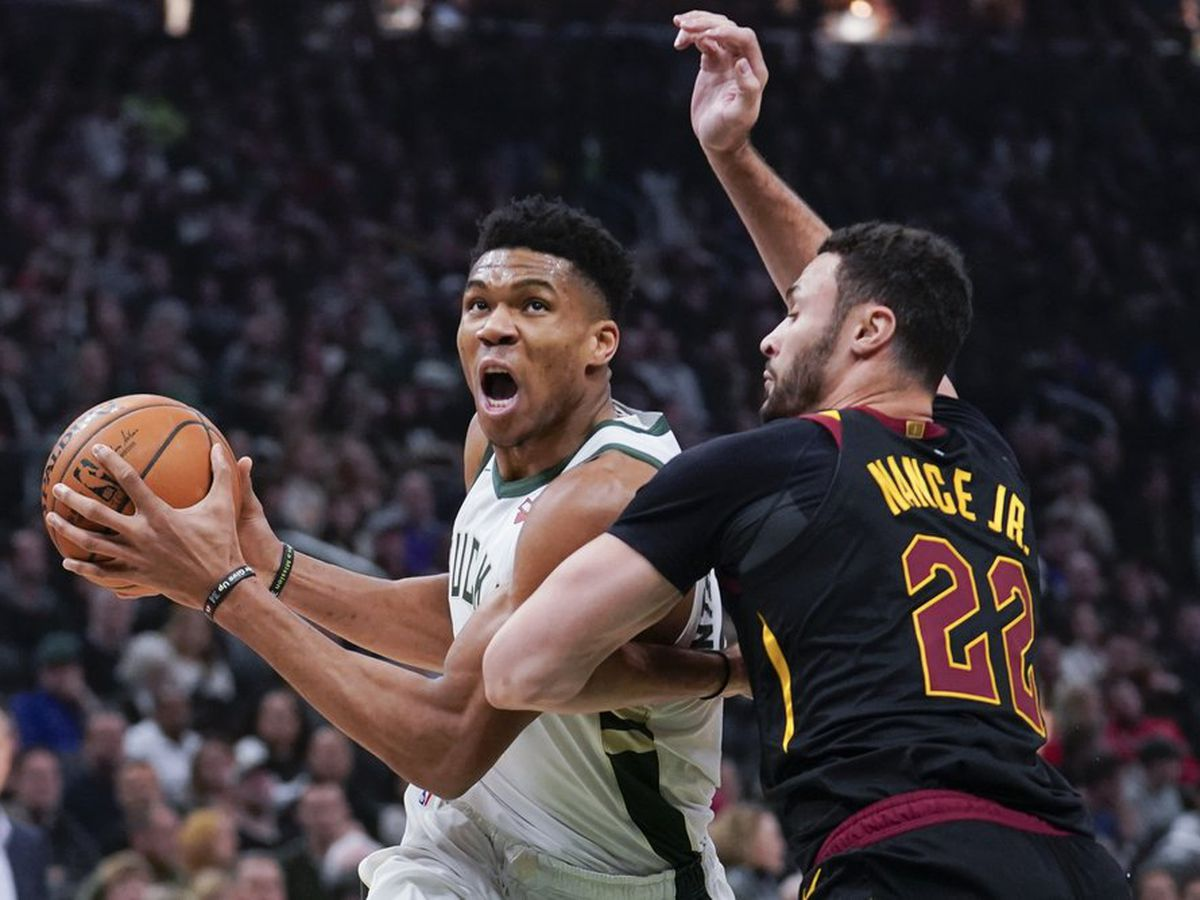Antetokounmpo, Middleton lead Bucks to 18th straight win