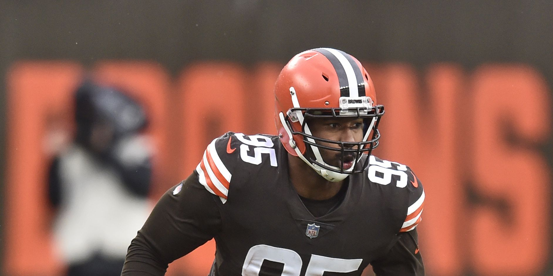 Garrett hurts knee, Browns fold in wind and lose to Raiders