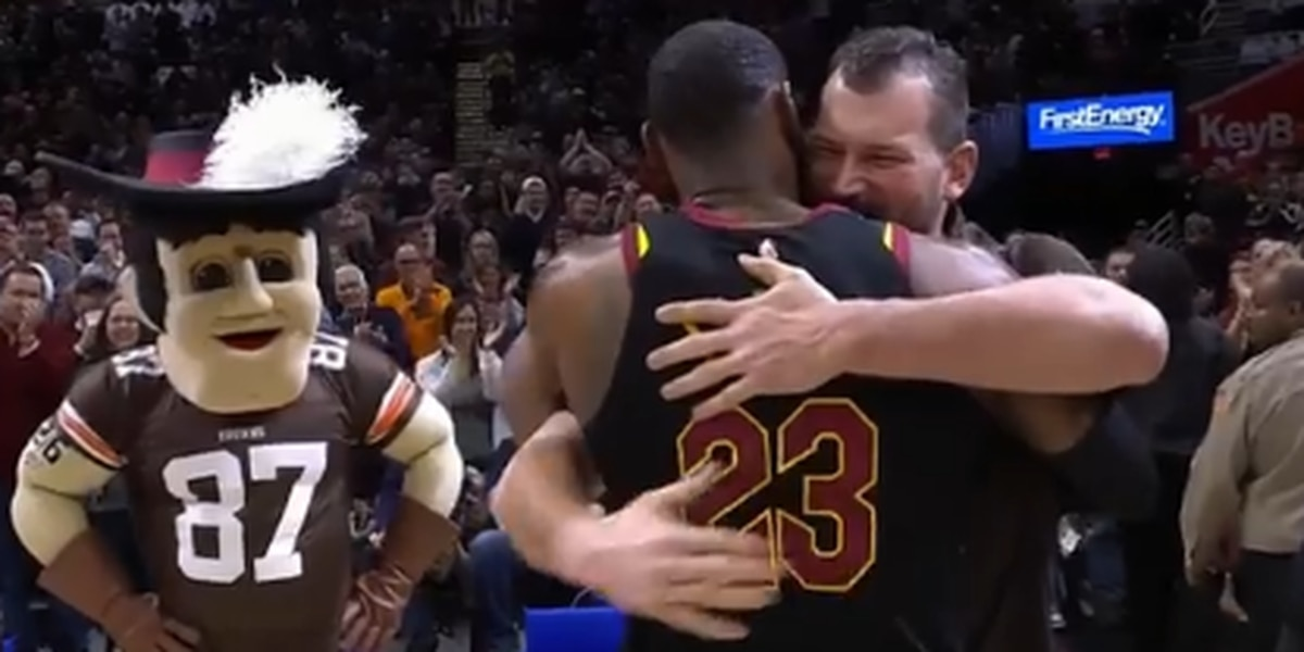 b305ee2e0df7 Retired Browns tackle Joe Thomas receives standing ovation