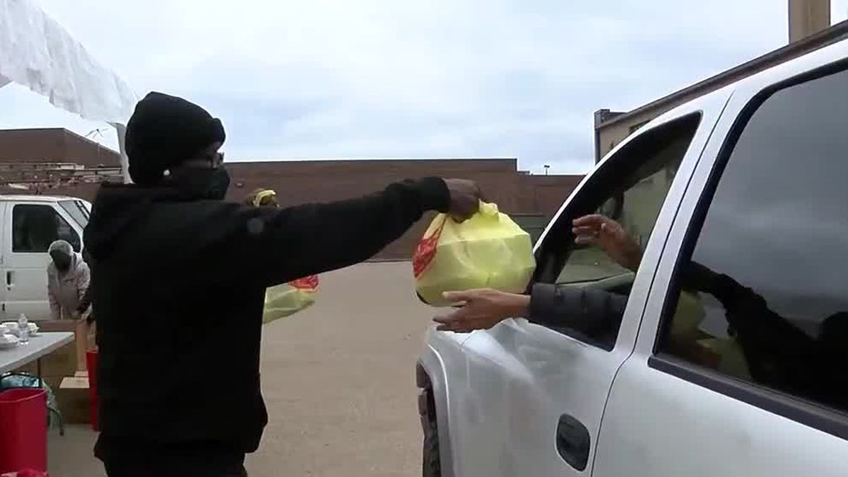 Lorain church leaders thankful for the little things during Thanksgiving meal drive