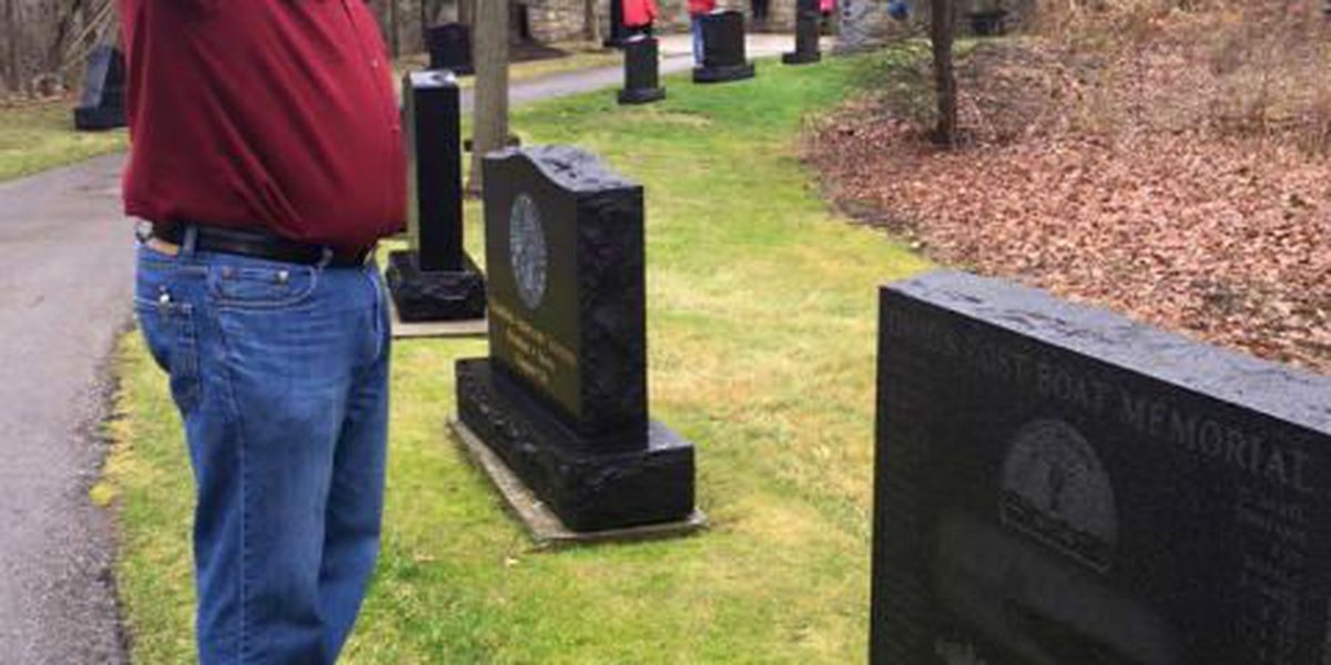 Thousands of wreaths placed at graves to honor veterans