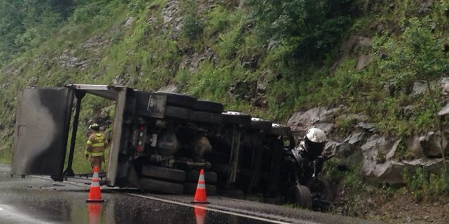 Overturned truck causes traffic delays on SR-21 in Wayne County