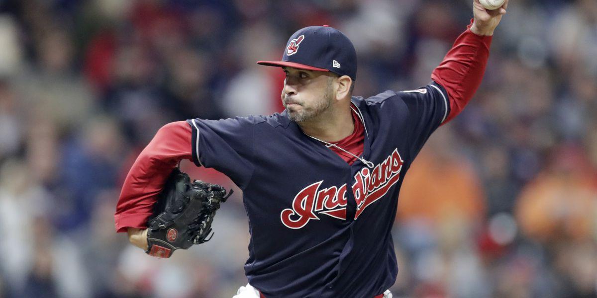 Indians re-sign left-hander Oliver Perez to bolster bullpen