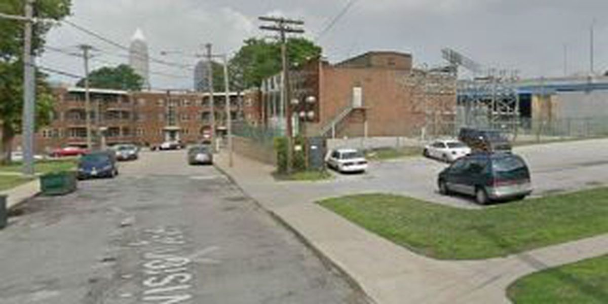Cleveland man wounded during robbery on Division Ave.