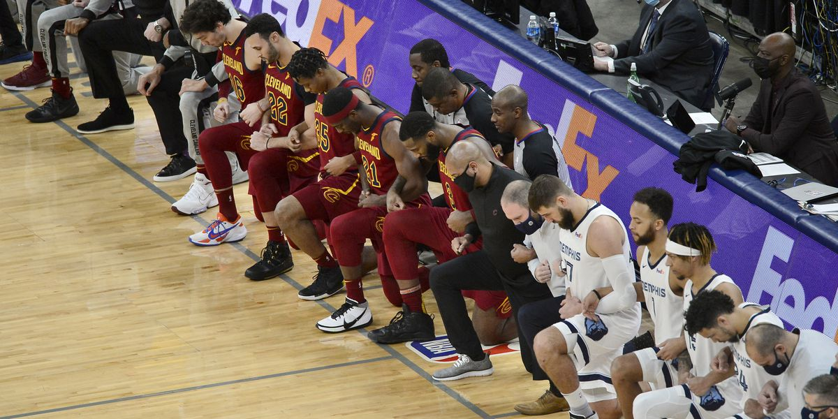 Cleveland Cavaliers kneel in unity ahead of Thursday's game in Memphis
