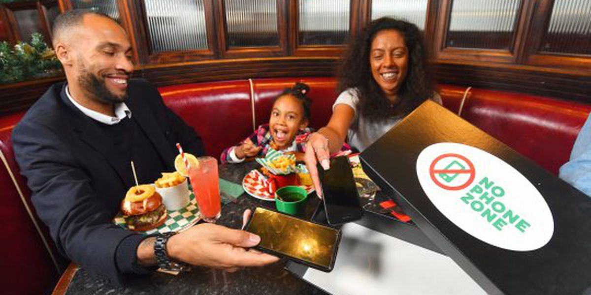 Restaurant chain offers free kids meal when parents ditch phones at table