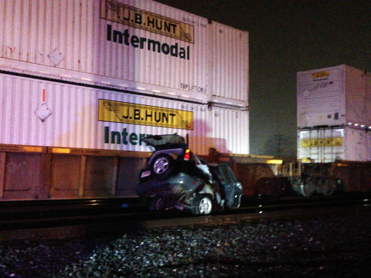 Driver escapes car stuck on Elyria railroad tracks before train crushes it