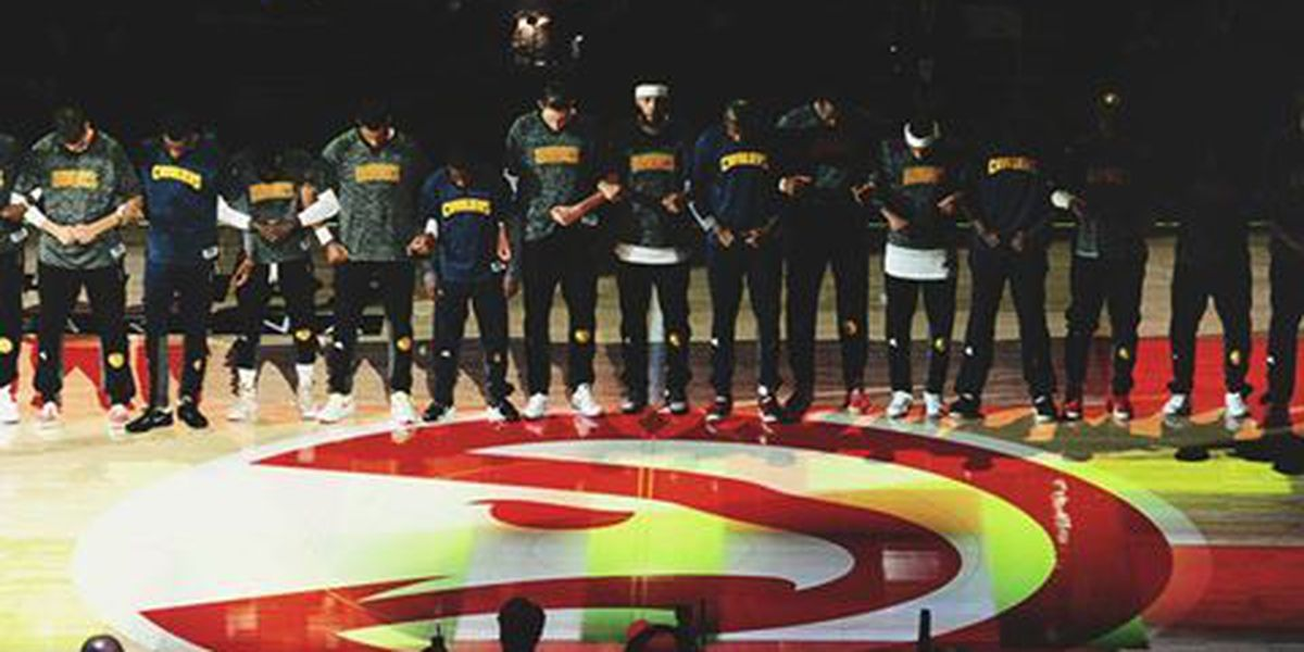 Cavs, Hawks link arms during the National Anthem